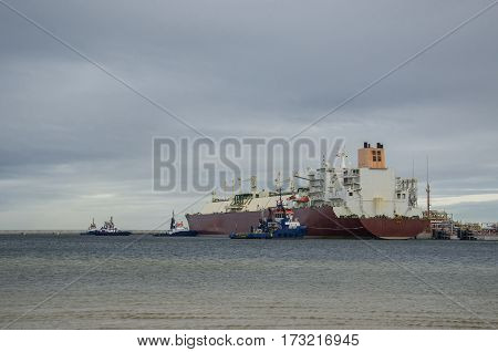 GAS CARRIER AND TUGS - Mooring maneuver to gas terminal in the port of Swinoujscie
