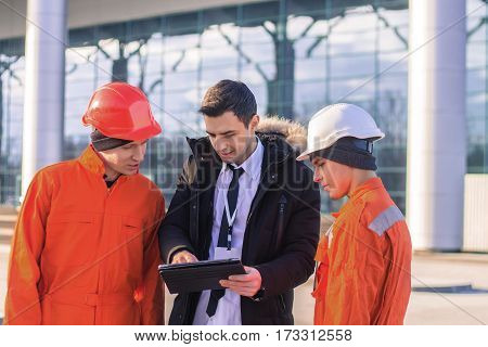 The manager explaining the work details to the employee. Horizontal outdoors shot
