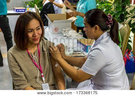 Thai Women Get Vaccinated