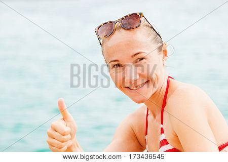 Portrait photo of young happy woman show thumbs up