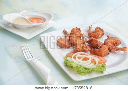 deep-fried shrimps with lemon and tomato