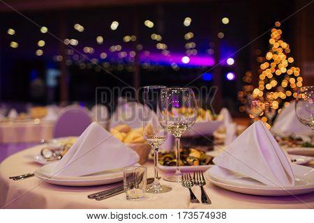 Красивый кейтеринг из бокалов и тарелок,красивые цветы на столе,концепция мероприятия