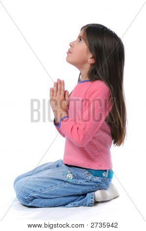 Девушка на ее коленях молиться