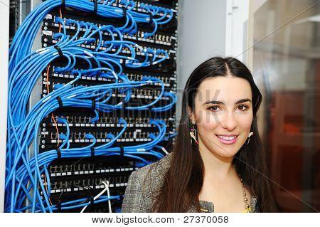 Weibliche Administrator im Serverraum