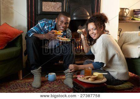 Junges Paar Toast auf offenen Feuer machen