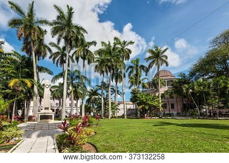 Nassau, Bahamas - May 3, 2019: Street View Of Nassau At Day With Monument Honoring The Bahamian Vete