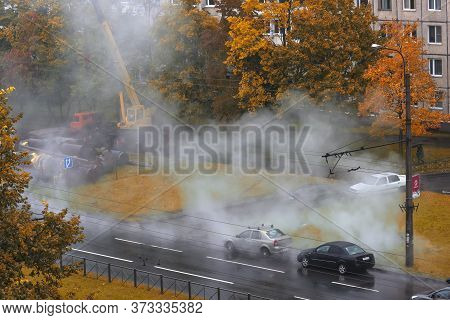 Russia, St.petersburg 06.10.2017 Breakthrough Of The Pipeline With Hot Water, Repair Of Water Supply