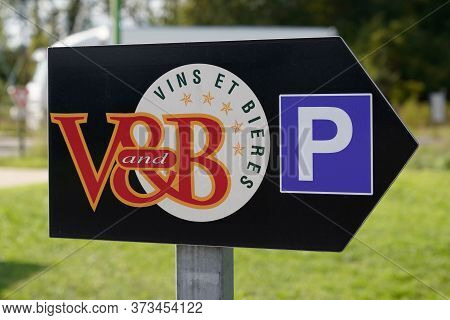 Bordeaux , Aquitaine / France - 10 23 2019 : Vandb Bar Park Shop Sign Logo V&b V And B Store Sell Wi