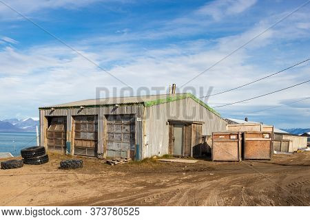 Pond Inlet, Baffin Island, Canada - August 23, 2019: Residential Wooden Houses On A Dirt Road In Pon