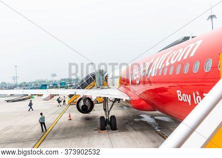 Hanoi, Vietnam - May 29 ,2018 : Passenger Boarding To Airbus A321 Of Vietjet Air At Noi Bai Internat