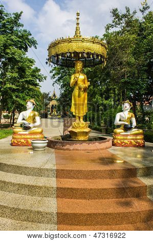 Estátua de Upagutta Shin em Wat Sri Don lua, Tailândia Chiangmai
