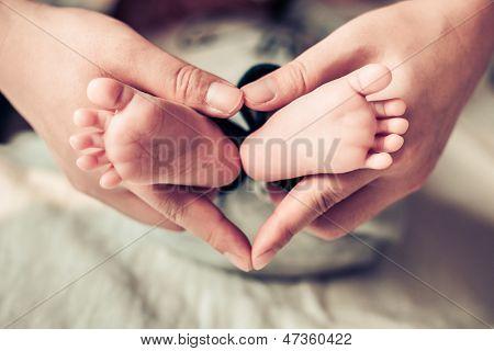 Фото ножек новорожденных в руках