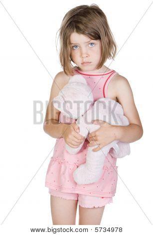 Disparo de un niño rubio triste con su oso de peluche