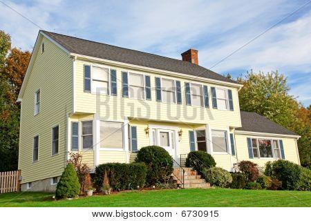 Casa Colonial de estilo amarillo Nueva Inglaterra