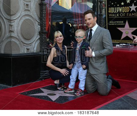 LOS ANGELES - APR 21:  Anna Faris, Jack Pratt, Chris Pratt at the Walk of Fame Star Ceremony on the Hollywood Walk of Fame on April 21, 2017 in Los Angeles, CA