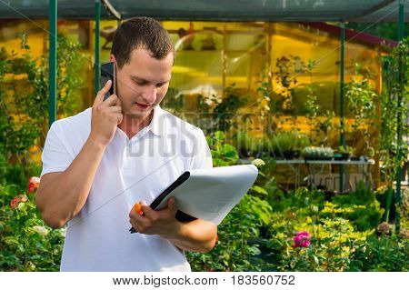 The flower seller verifies by phone the delivery information