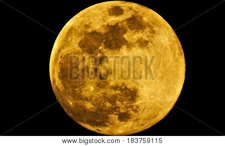 foto trirada á lua em fase cheia.