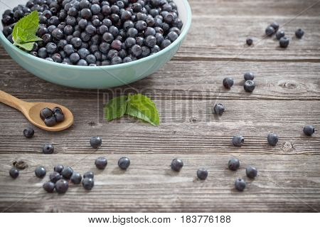 the blueberries in plate on old wooden background
