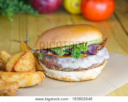 Burguer with onion jam, crispy bacon and provolone with potatoes.