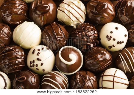 Dark, milk and white chocolate candies / pralines / truffles, assorted