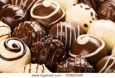 Dark and white chocolate candies / pralines / truffles, assorted