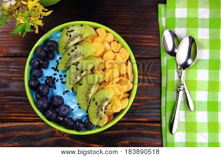 blueberry smoothie with corn flakes and kiwi