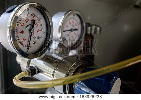 Pressure gauge on the cylinder head oxygen bomb.
