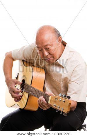 Senior Aziatische spelen gitaar
