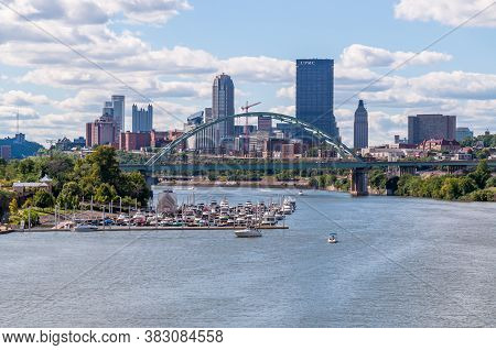Pittsburgh, Pennsylvania, Usa 8/30/20 Downtown Pittsburgh With The Birmingham Bridge Spanning Over T