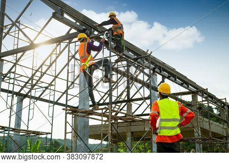 Asian Construction Worker Control In The Construction Of Roof Structures And Worker Wear Safety Heig
