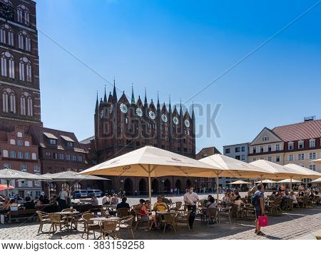 Stralsund, M-v / Germany - 11 August 2020: Cafes And Reataurants In The Old Twon Hall Square In Stra
