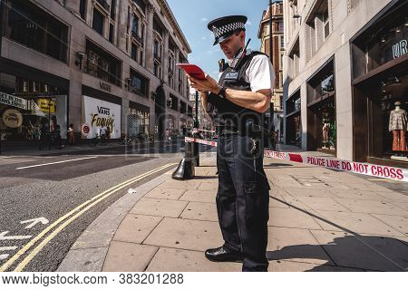 London / Uk - 08/09/2020: Police Officers Securing The Perimeter After Stabbing In Oxford Street