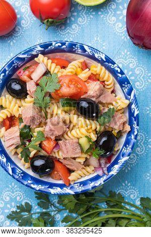 Tuna salad with fusili pasta and vegetables