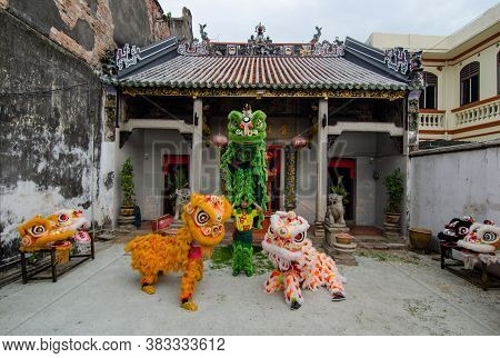 Georgetown, Penang/malaysia - Jul 08 2016: Lion Dance Perform In Front Of Chines Etemple Loo Pun Hon