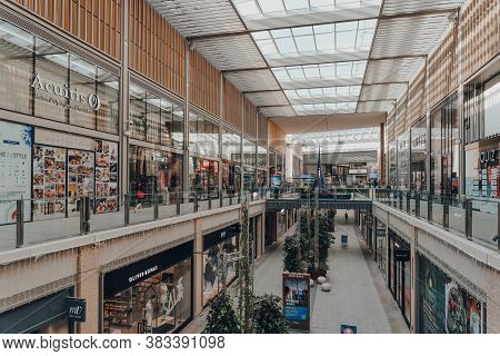 Oxford, Uk - August 04, 2020: Few People Walking Inside The Westgate Centre, A Major And Typically B