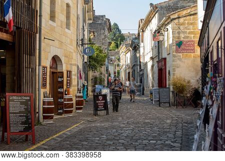 St Emilion, France - September 11, 2018: Tourists In The Cobbled Streets Of Saint Emilion. France. S