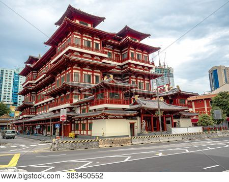Chinatown, Singapore - Nov 24, 2018: The Buddha Tooth Relic Temple Is A Buddhist Temple Located In T
