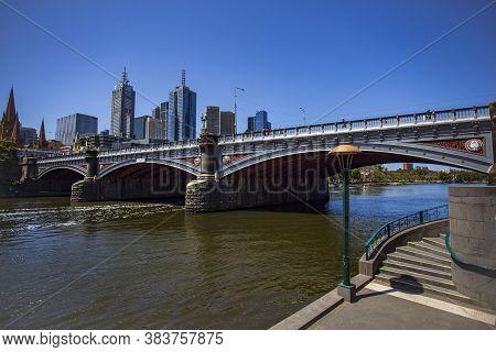Melbourne, Australia - Dec 26, 2019: The Princes Bridge Is A Bridge That Spans The Yarra River In Ce
