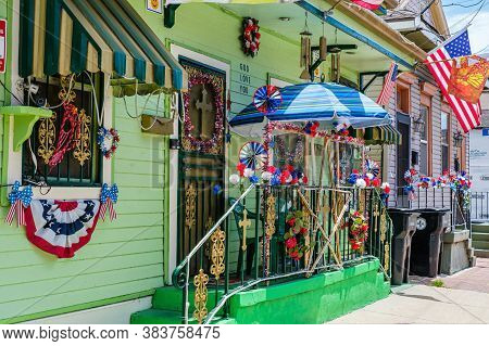 New Orleans, Louisiana/usa - 5/28/2020: Patriotic Display On House In Uptown Neighborhood