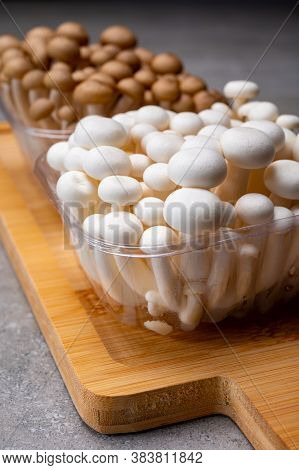 Fresh Buna Brown And Bunapi White Shimeji Edible Mushrooms From Asia, Rich In Umami Tasting Compound
