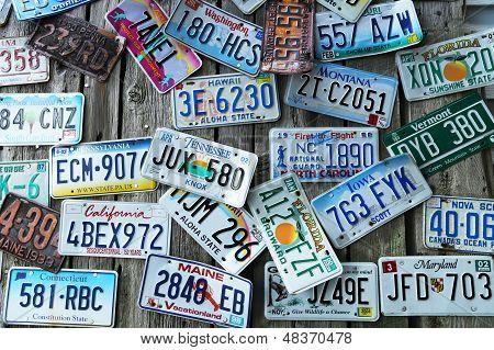 Gamla bil registreringsskyltar på väggen