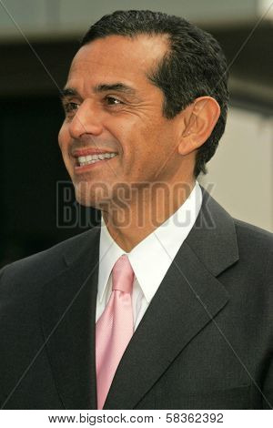 Antonio Villaraigosa at the Ceremony Honoring Los Angeles Lakers Owner Jerry Buss with the 2,323rd star on the Hollywood Walk of Fame. Hollywood Boulevard, Hollywood, CA. 10-30-06