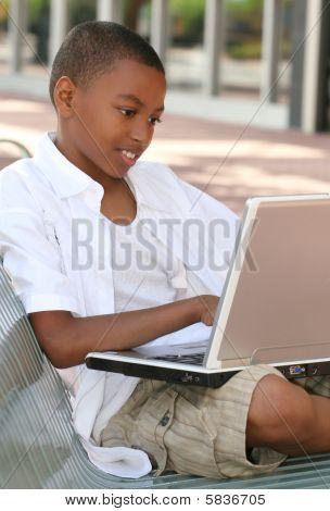 Afro-amerikai tinédzser fiú a Laptop számítógép