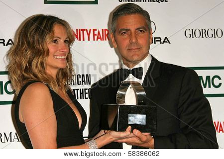 Julia Roberts with George Clooney at the 21st Annual American Cinematheque Award Honoring George Clooney. Beverly Hilton Hotel, Beverly Hills, CA. 10-13-06
