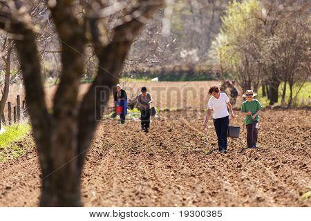 Familia de agricultores en sus tierras de siembra