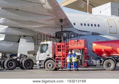 Refueling aircraft, aircraft maintenance at the airport