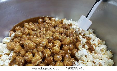caramel corn on a black background (popcorn, caramel)
