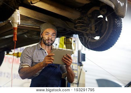 Car repairman processing online inquiry