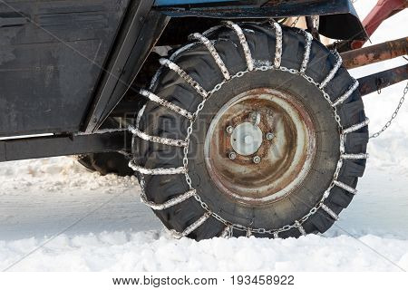 Car wheel with chains for patency in the snow
