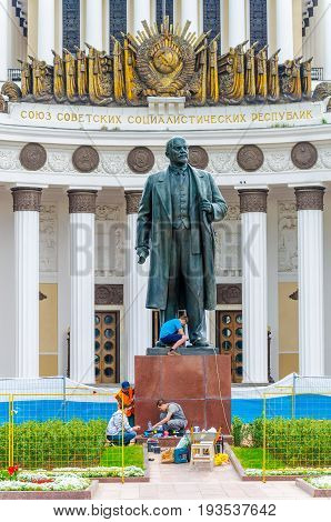 Russia, Moscow - July 12/2016: Workers Rebuild A Monument To Soviet Leader Ulyanov Lenin On The Terr